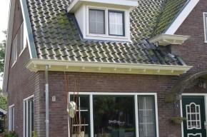 De houten dakgoten en windveren zijn vervangen door kunststof exemplaren.