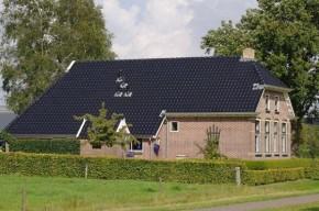 Dit huis heeft nieuwe dakgoten, dakpannen en windveren gekregen.